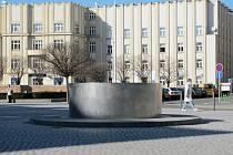 Kašna od profesora Michala Gabriela na hradeckém Masarykově náměstí.
