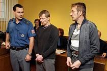 Před královéhradeckým krajským soudem pokračoval proces se dvěma kumpány obviněnými z pokusu o čtyřnásobnou vraždu.