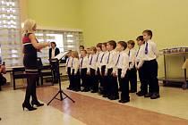 Malí zpěváci chlapeckého sboru Boni pueri při vystoupení v královéhradeckém Domově U Biřičky.