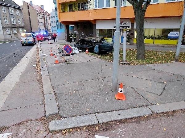 Havárie osobního automobilu na silnici I. třídy ukřižovatky ulic M. D. Rettigové a Resslova vHradci Králové.