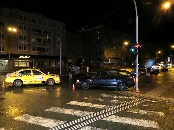 Střet dvou osobních automobilů v křižovatce Břetislavovy ulice a Gočárovy třídy v Hradci Králové.