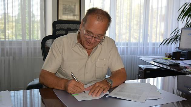 Město podepsalo smlouvu se zhotovitelem lávky přes Labe.