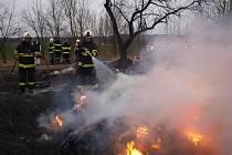 Hořely pneumatiky a další odpad.