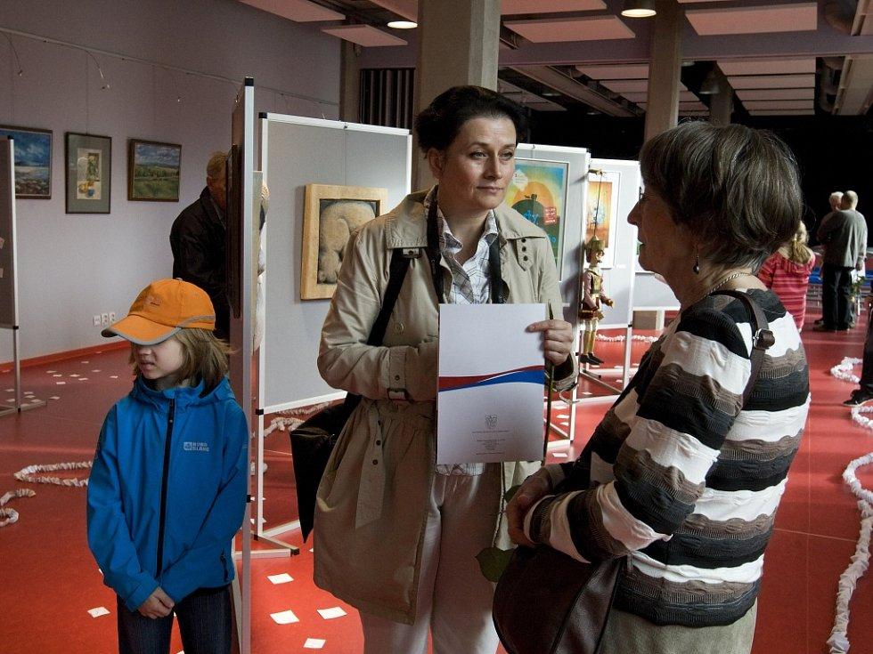 Výstava k 50. výročí vzniku základní školy SNP v hradecké městské knihovně.