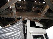Nákladní automobil uvízlý pod mostem v hradecké ulici Akademika Bedrny.
