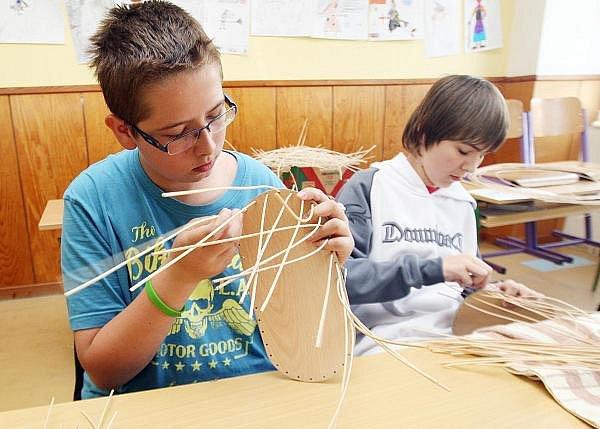 Děti ze všestarské základní školy ve čtvrtek vyzkoušely práce pradávných řemeslníků. Na celý den pro ně učitelé připravili zajímavou akci, netradiční výuku.