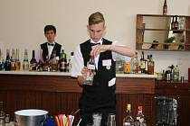 Míchat drinky učil studenty barman rekordman