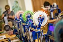 Na škole aplikované kybernetiky v Hradci Králové ve velkém produkují díly na ochranné štíty.