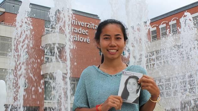 Se svojí knihou A Proper Woman válcuje Thavry Thon převážně mužský knižní trh v Kambodži.