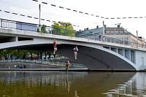 Skok do Labe z Tyršova mostu v Hradci Králové.