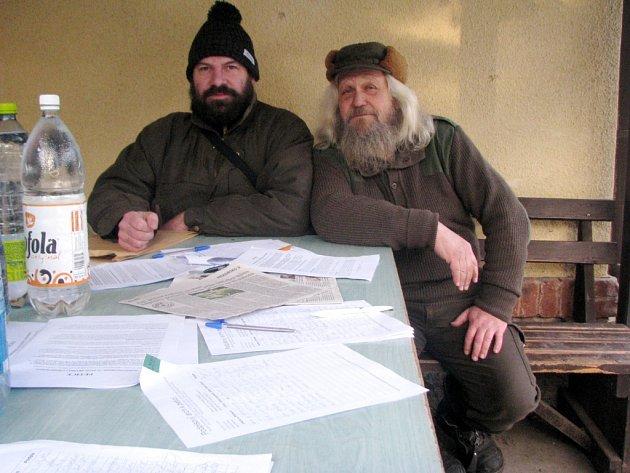 Lukáš Kocián a Miroslav Vojtěch nad peticí.