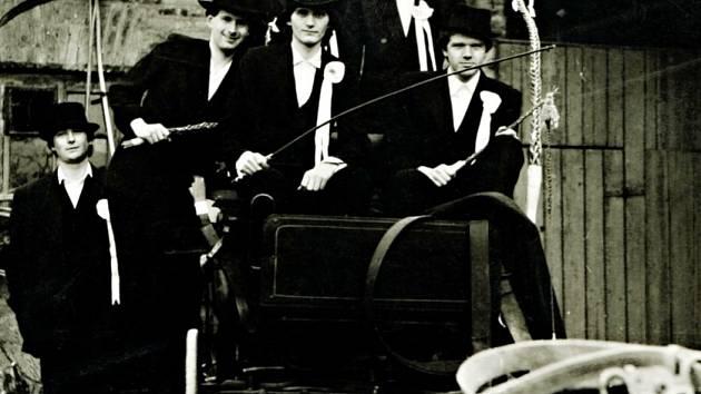 Koledníci v Plotišti přijížděli na vozíku taženém koňmi.