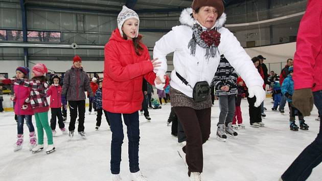 Bruslení veřejnosti na zimním stadionu.