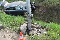 Při nehodě muž těžce zranil sebe i spolujezdkyni.