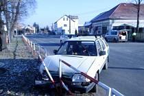 Nehoda osobního automobilu v okrajové části města.