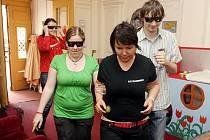 V kavárně Kafekáry v Kopečku si můžou návštěvníci vyzkoušet, jak se cítí slepí a slabozrací.