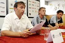 Generální manažer FC Hradec Králové Richard Jukl, trenér Oldřich Machala a kapitán týmu Radim Wozniak (zleva) na tiskové konferenci před zahájením druhé ligy