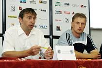 Generální manažer FC Hradec Králové Richard Jukl (vlevo) a trenér Oldřich Machala na tiskové konferenci před zahájením druhé ligy