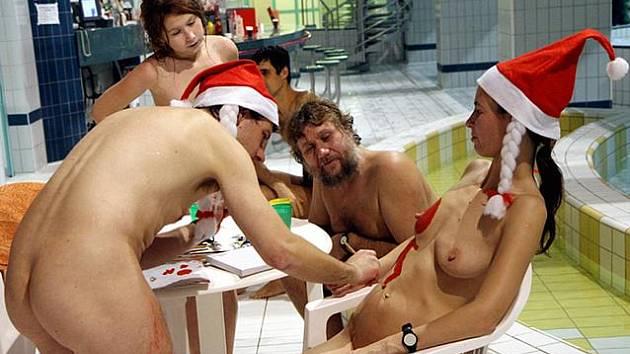 Sedmdesátka naháčů v hradeckých městských lázních slavila Mikuláše při tradiční party.