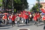 Red Shirts v Bangkoku. Tlačíme se co nejblíž k pódiu, kde se střídají revoluční vůdci, disidenti, mniši. Nadšení demonstrantů je obrovské.