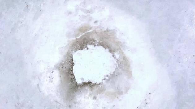 Nehrálo se! Kvůli této hluboké díře v ledu se v hradecké ČPP aréně nehrálo. Duel s Třincem byl odložen.