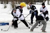 Osm týmů hokejových amatérů se utkalo 6. února o post hradecké jedničky na rybníku Bagrák.