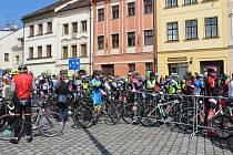 Hradec Králové - Ulice Hradce Králové i stezky okolních lesů dnes zaplnili účastníci závodu metaXtren, jímž začal letošní seriál horských kol Nova Cup 2017.