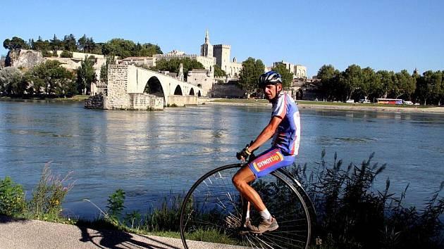 Ivan Burkert na cestách se svým velocipedem.