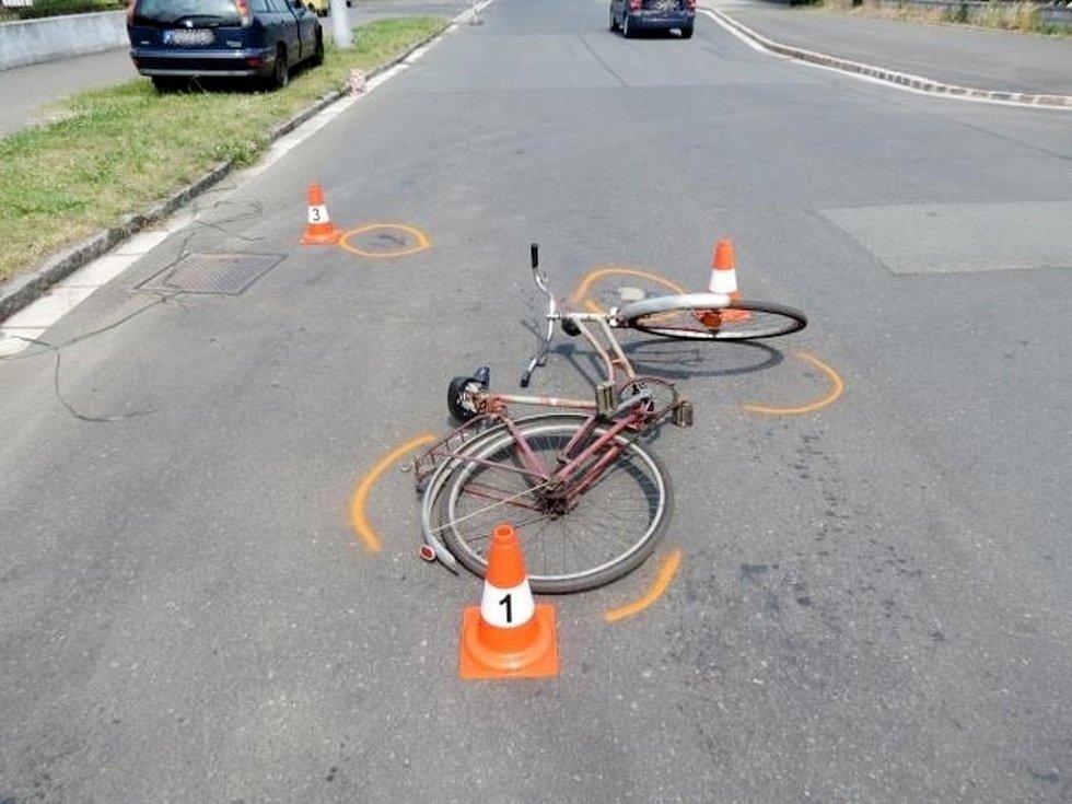 Střet cyklisty s vozidlem na křižovatce ulic Veverkova a Gebauerova v Hradci Králové.