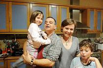 Pavla Smetanová a její rodina: manžel Adonis, dcera Ofélie a syn Janis.