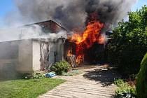Požár garáže a kůlny likvidovalo pět jednotek
