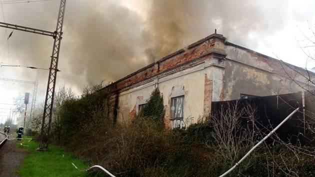 Požár skladovací haly ve Smiřicích spojený se zastavením provozu na přilehlé železnici.