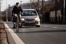 Cyklista na silnici mezi Hradcem Králové a Slatinou.