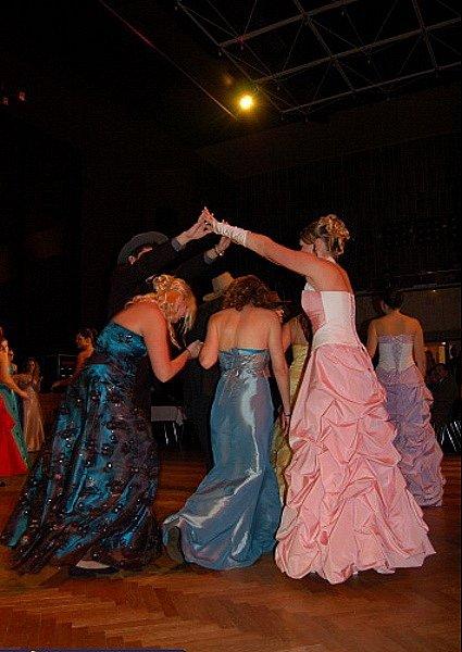 Taneční vystoupení na maturitním plese.