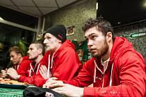 Den otevřených dveří na zimním stadionu v Hradci Králové - hráči při čepování piva v Bully restaurantu.