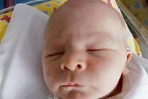 ADAM SYNEK vykoukl na svět ve středu 4. června ve 3.05 hodin. Měřil 51 centimetrů a vážil 3680 gramů. Radost udělal mamince Lucii a tatínkovi Liborovi Synkovým. Doma v Blešně se na něj těší i sestra Daniela.
