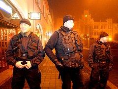 Na klid v Novém Bydžově dohlížejí i černí šerifové (leden 2011).