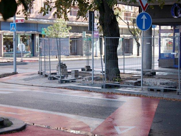 Práce na cyklostezce v blízkosti královéhradecké křižovatky Koruna.