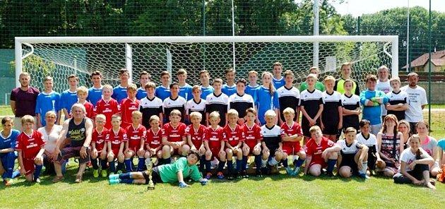 Společný snímek mládežnické základny fotbalistů TJ Sokol Hořiněves.