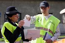 Netradiční silniční kontrola dopravních policistů s testovacím závodníkem Formule 1 Jarkem Janišem čekala na šoféry v Hradci Králové.