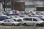 Parkování v areálu Fakultní nemocnice Hradec Králové a v jejím okolí.