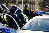Těžkooděnci policejní pořádkové jednotky při hlídání fotbalových fanoušků.