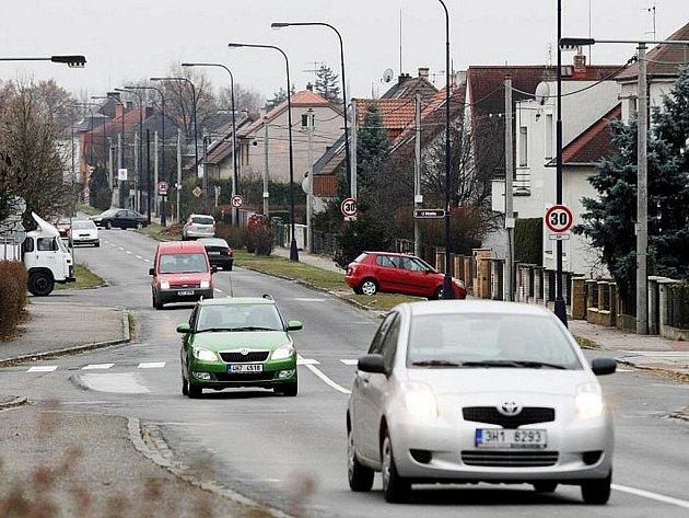 Proti rozšíření hradecké Pouchovské ulice o cyklostezku se bouřili místní obyvatelé.