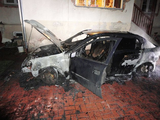 Požár automobilu Opel Astra na Pražské třídě v Hradci Králové.