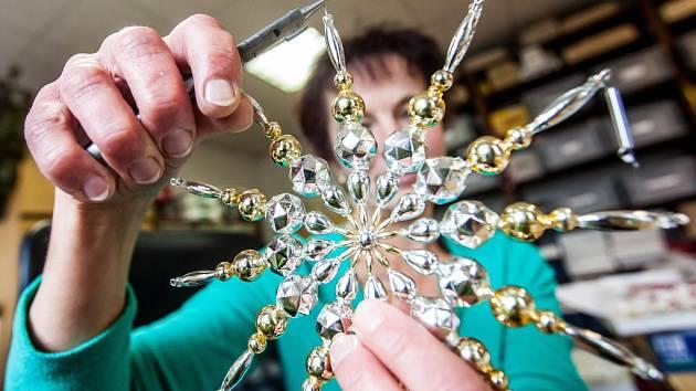 Výroba perličkových vánočních ozdob v Poniklé.