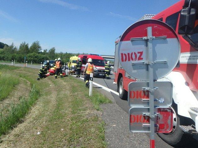 Dopravní nehoda osobního automobilu a motocyklu u Nového Města nad Cidlinou.