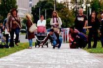 V rámci Dne univerzity se výrazně změnil i chodník vedle hradecké vysoké školy. Jednoduše: jméno studenta, titul, rok dokončení.