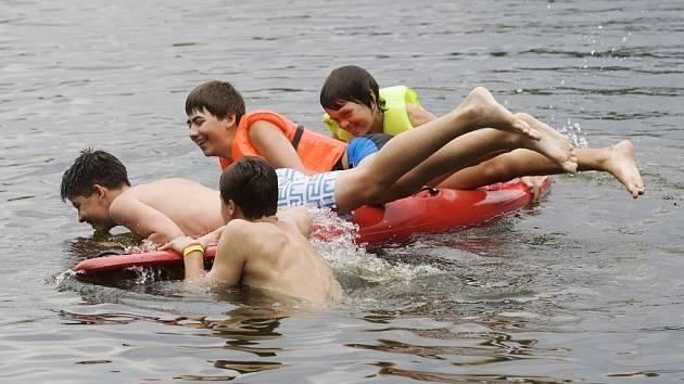 Zábava na hradeckém Stříbrném rybníku.