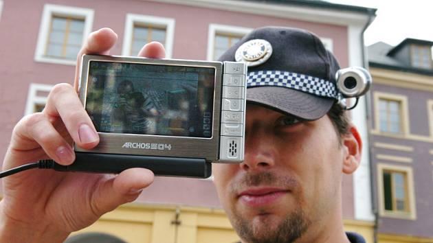 Hradecký městský strážník testuje nové moderní zařízení.