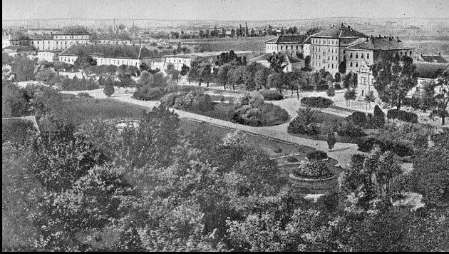 Městské Žižkovy sady, kasárna ve 20.letech. Na místě sadů stála původně jízdárna.